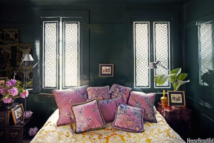 ideas con colores habitación oscuros, cojines decorativos en rosado con motivos florales, paredes en verde oscuro