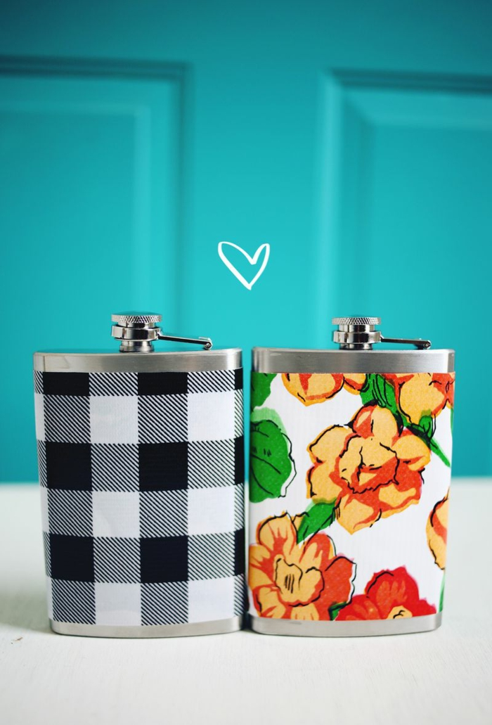 preciosa decoración casera con papel pintado, dos petacas decoradas de papel en colores, manualidades fáciles con botellas