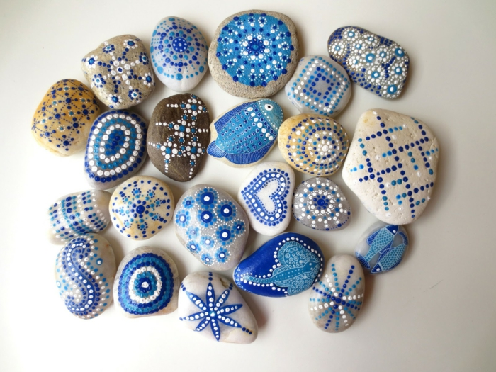 pintar piedras, decoracion para macetas, piedras de diferente tamaño y color. pintura azul acrilica, motivos marinos