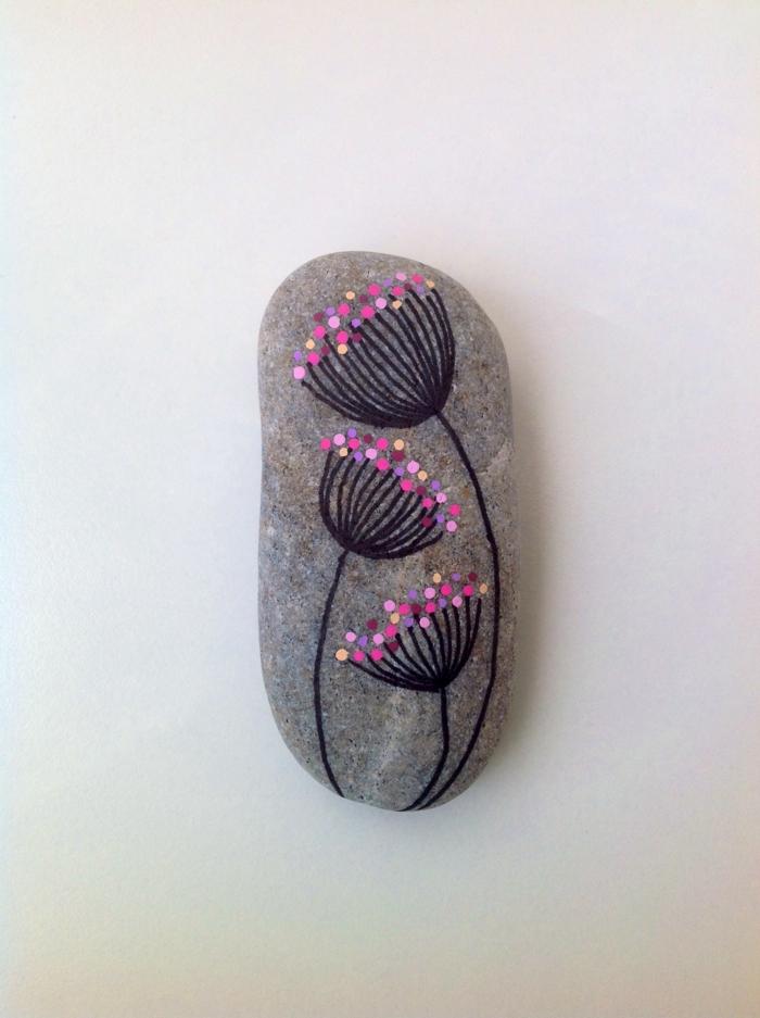 pintar con acrilico, piedra natural decorativa pintada con flor morada estilizada, decoración casera, manualidades