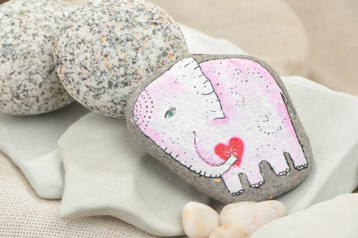 piedras para jardín, piedra natural plana con dibujo de elefante indio en rosado con corazón rojo, arte en piedras, decoración casera