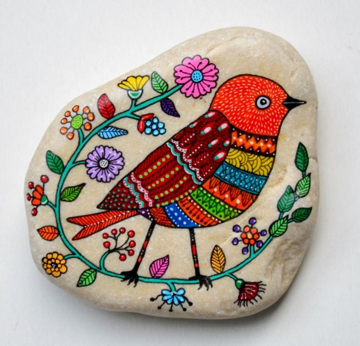 pintar con acrilico, piedra plana fluvial, dibujo de colores, pájaro rojo y corona de flores, idea de manualidades para decorar