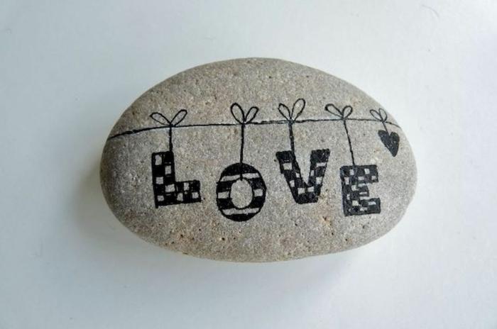 manualidads con piedras, piedra natural forma elíptica, letras colgadas, palabra LOVE escrita con pintura negra, manualidades fáciles