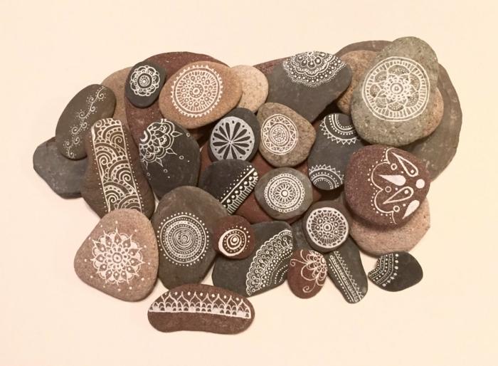 manualidades con piedras, arte de piedras, decoracion para pared, piedras planas decoradas con figuras en blanco