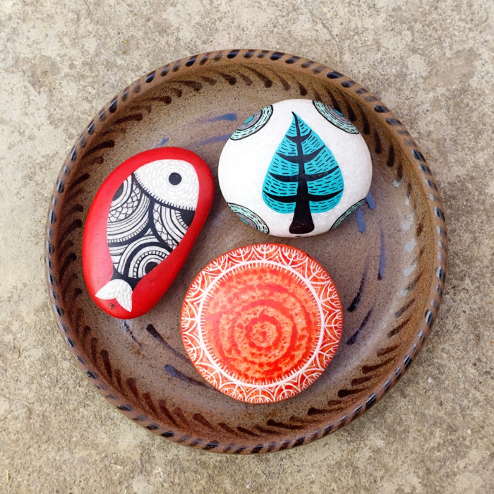 ideas para dibujar, decoración para mesas, plato de madera, piedras pintadas a mano con pez y árbol, manualidades
