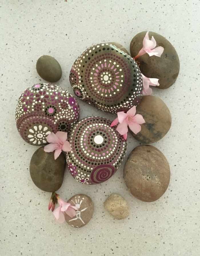 ideas para dibujar, decoración con piedras fluviales pintadas con puntitos de colores en rosa y morado, pétalos de flor