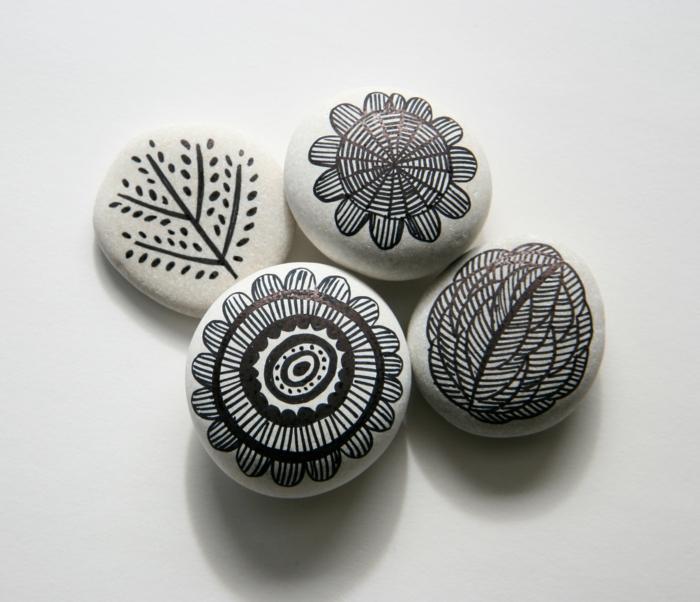 ideas para dibujar, piedras pequeñas blancas pintadas con lineas negras, flores y arbol estilizado, decoración casera