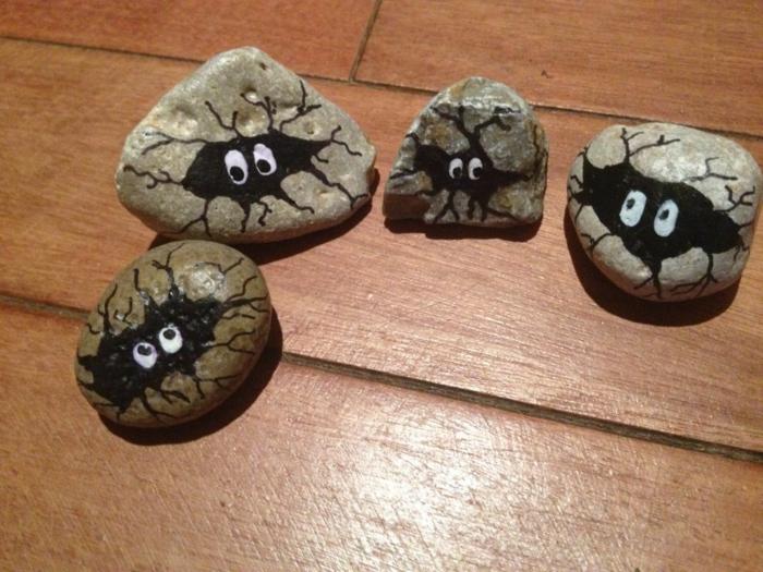 ideas para dibujar, piedras naturales con relieve, caras de monstruos negros, decoración casera Halloween, manualidades para niños