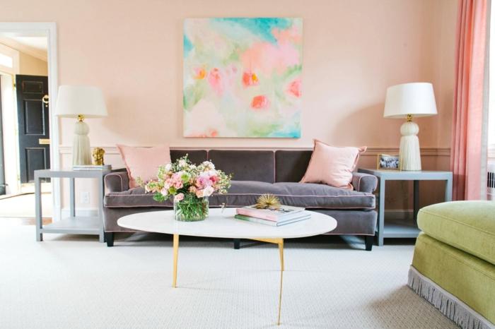 salon en colores pastel, pintura para paredes, pared en rosado con cuadro colorido, sofá morado grisáceo, mesa blanca moderna, alfombra y jarrón con rosas