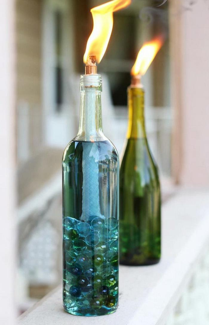 interesante idea con botellas de vino reutilizadas, botella de cristal con vela, botella dibujo para decorar el hogar