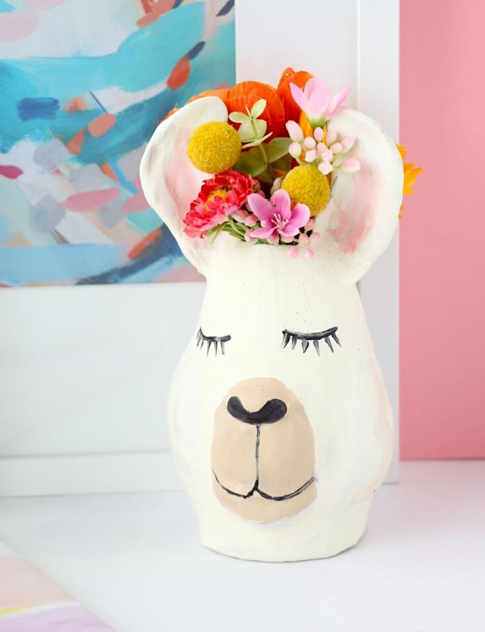 ideas preciosas de manualidades con botellas, proyecto artesanal con botella de vidrio y arcilla, precioso jarrón para flores