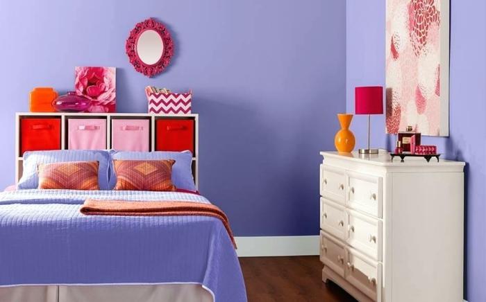 ejemplo de dormitorio con colores habitación llamativos, paredes y cobijas en lila, armario de madera pintado en blanco