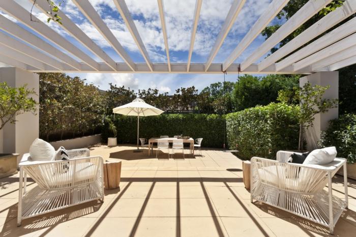 diseño de exteriores, propuesta de decoración de terrazas modernas, muebles modernos en blanco, pérgola de madera pintada en blanco