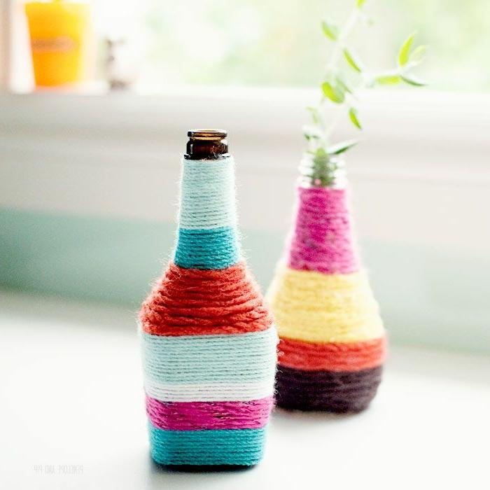 botellas decoradas de hilo en múltiples colores, propuesta original para decorar la casa, botellas de cerveza de diferente forma