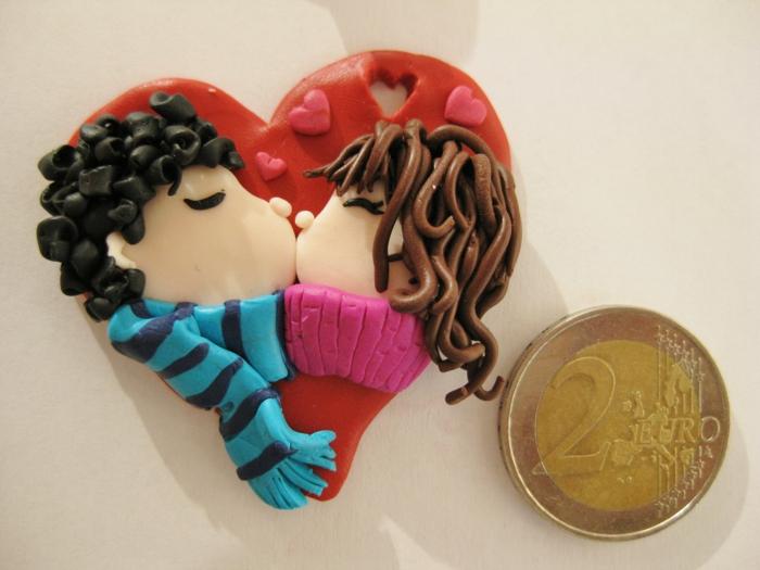 figurita de plastilina, pareja besándose, muchacho y muchacha en corazón, modeda de dos euros, ideas para san valentin
