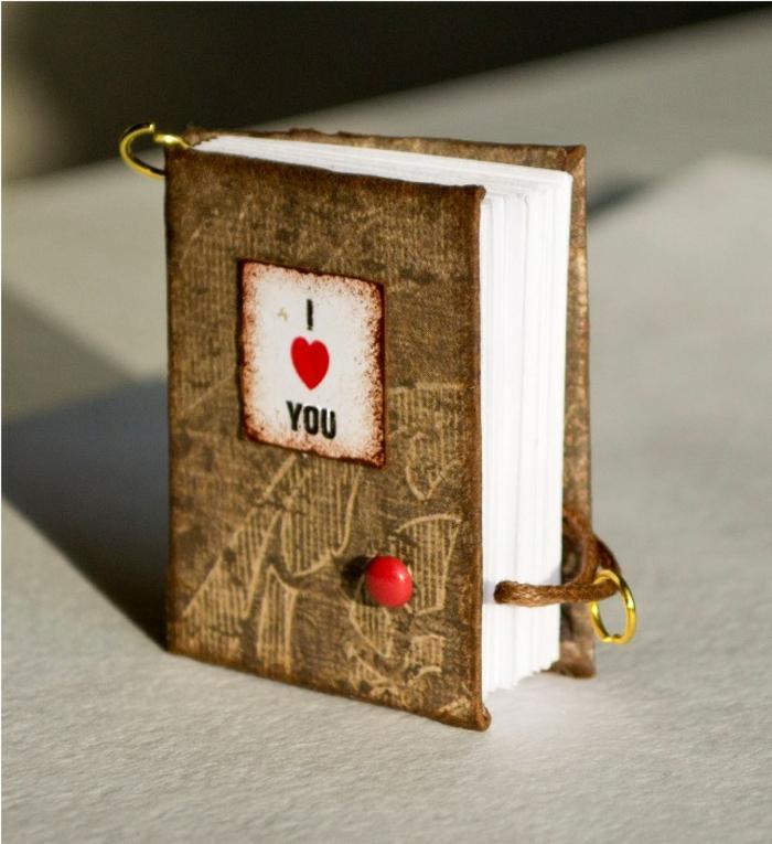 mini libro de amor hecho a mano, ideas para san valentin, manualidad con papel, cartón y metal, cubierta con aspecto antiguo