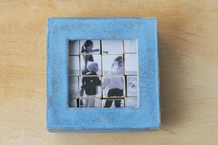 idea de puzzle casero con foto familiar en blanco y negro, cubos pequeños de madera, marco de madera azul, pintura de tiza, regalos originales para novios