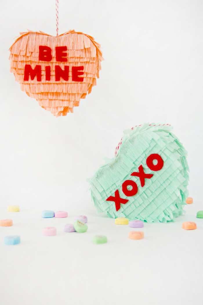 mini piñatas corazones hechas a mano, colormelocotón y verde menta, caramelos multicolor, regalos originales para novios