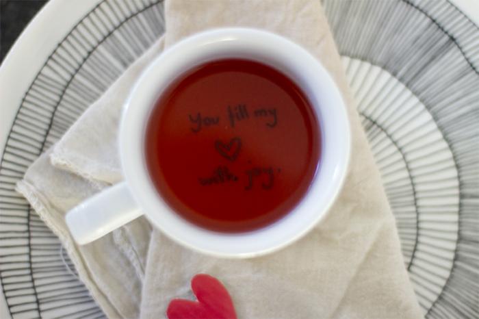 taza llena de té con mensaje de amor en el fondo, ideas para san valentin, regalos para seres queridos, manualidades fáciles
