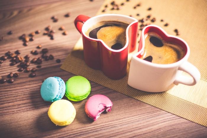 tazas de nescafe románticos, ideas para san valentin, tazas forma corazón en blanco y rojo, regalo romántico. café y macarones