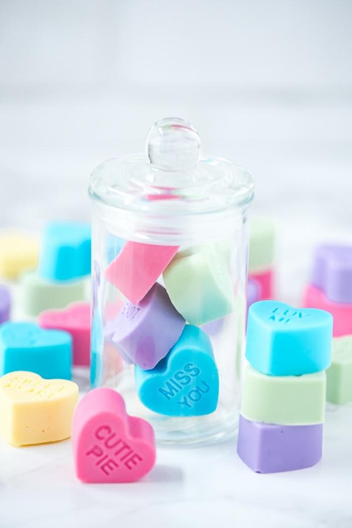 frascos llenos de detalles pequeños en forma de corazon y color pastel, caramelos con bonitos mensajes de amor