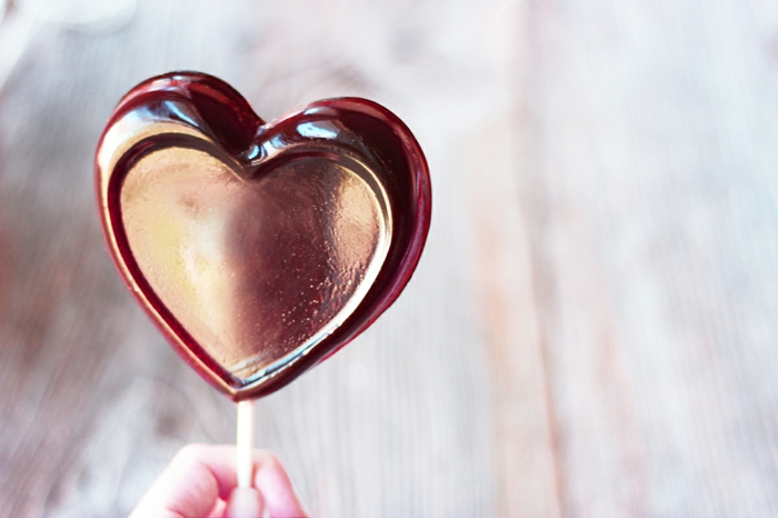 regalos originales para novios, chupachups con sabor vino, caramelos románticos, paito de madera, ideas san valentin