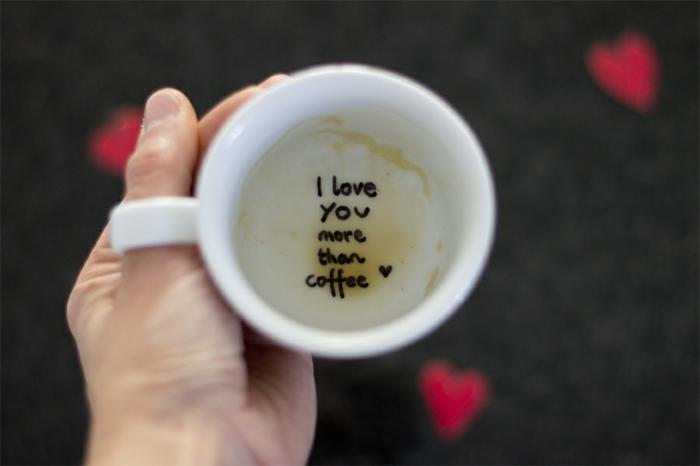 mensaje divertido para san valentín, te quiero más que al café, como sorprender a tu novio, taza de café con mensaje escondido