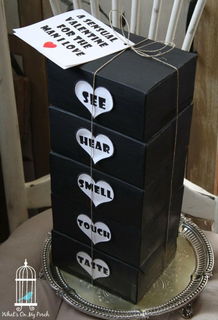 regalo original con sorpresas para los cinco sentidos, huele, mira, toca, escucha, prueba, qué regalar a tu novio, cajas en negro decoradas con corazones