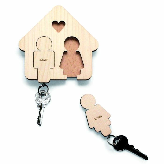 idea de portallaves de pared con llaveros románticos de madera, qué regalar a tu novio, casita de madera con corazón