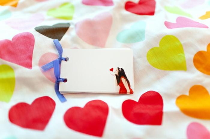 sábanas de corazones, qué regalar a tu novio, idea deregalo personalizado san valentín, cuaderno con foto romántica de la mujer querida