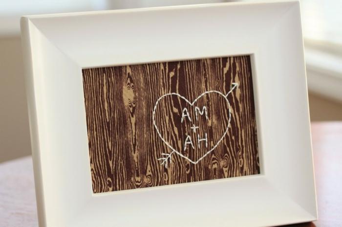 cuadro romántico con iniciales blancos bordados, regalo con marco, ideas para san valentin, manualidades para tu novio