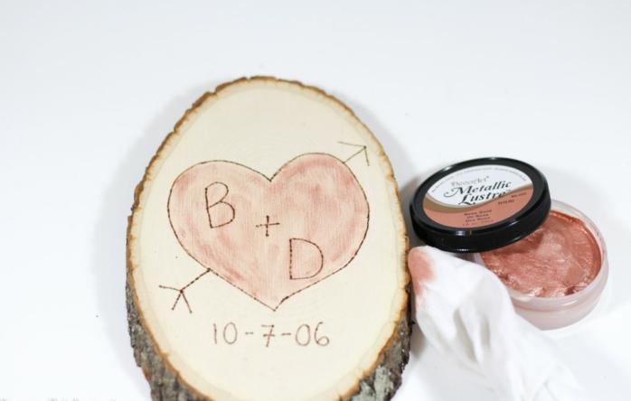 pedazo de madera natural con promesa de amor vintage, iniciales en corazón y fecha, manualidad fácil, ideas para san valentin, colorante metálico