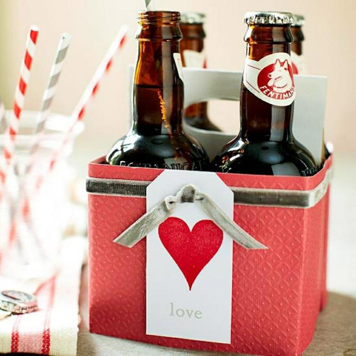 cuatro botellitas de cerveza en caja de cartón personalizada, decoración en rojo con corazón, regalos originales para novios