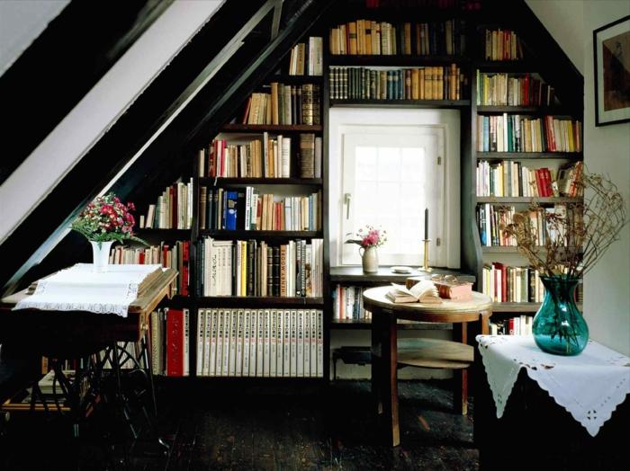 espacio abuhardillado debajo escalera, lugar para leer, librería de madera negra, librerías, mesita redonda, floreros, alfombra marrón