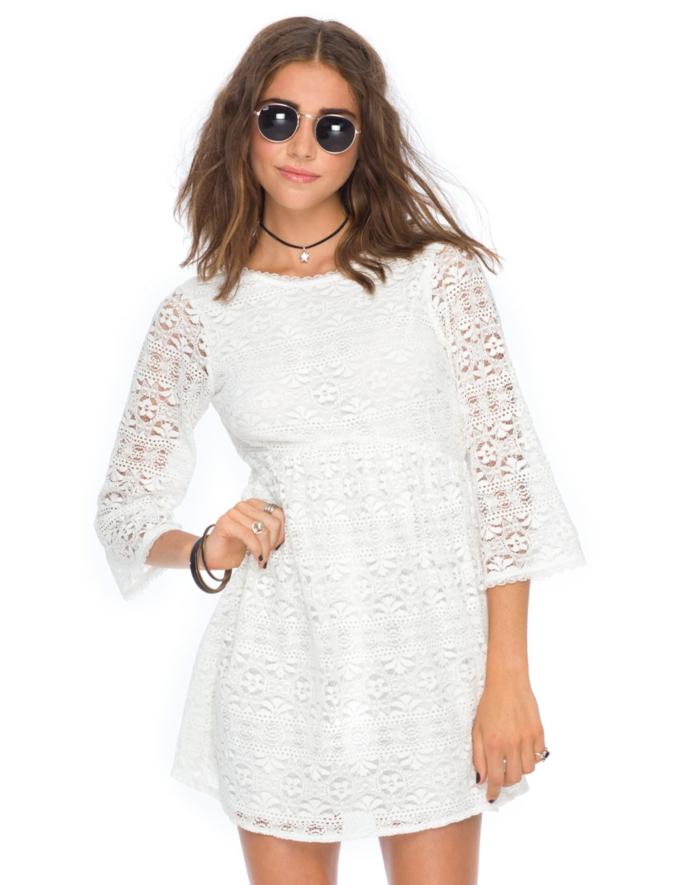 vestidos ibicencos baratos, mujer con vestido blanco corto, manhas tres cuartos con encaje, escote redondo, gafas de sol