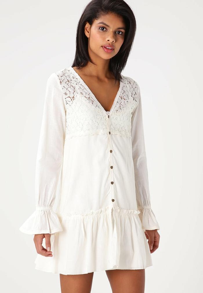 vestidos hippies, vestido corto blanco con botones y escote v, encaje en la parte superior, mangas largas con volantes