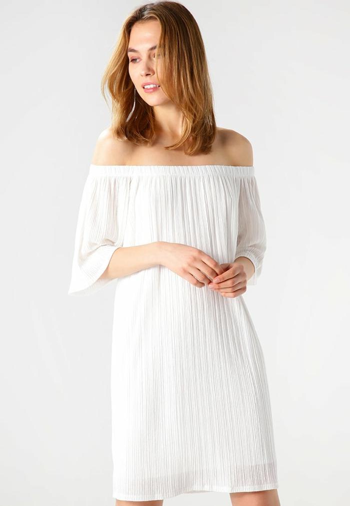 vestidos hippies, vestido corto blanco plisado, mangas tres cuartos, hombros caídos, diseño sencillo, mujer con media melena
