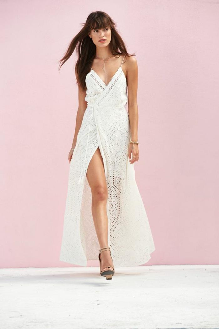 vestidos hippies, vetido largo blanco con encaje moderno y hendidura, correas delgadas, escote v profundo, corte femenino, sandalias con tacón
