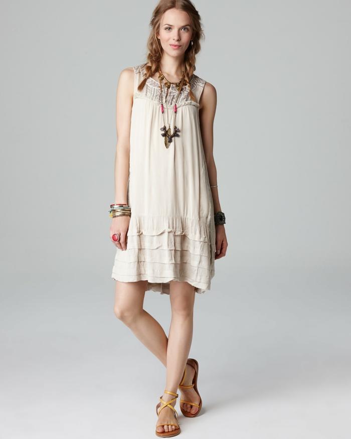 vestidos hippies, vestido mujer media pierna color beige, corte halter con encaje, son mandas, sandalias y collar hippie, mujer con trenzas