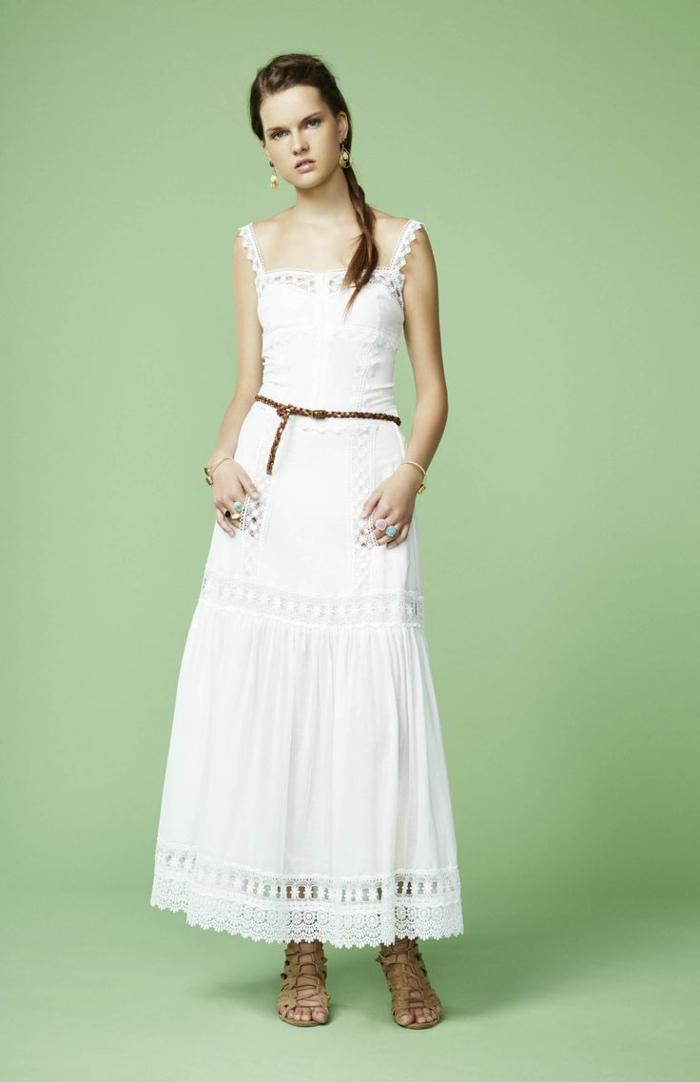 vestidos hippies, mujer con sandalias romanas, vestido largo blanco con correas, cinturón de piel, talla princesa