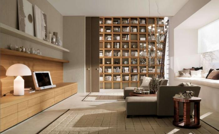 salón grande moderno, puerta deslizante, estanterias de pared, librería de suelo a techo, ventana con banco, dos tapetes, decoración en colores terrosos