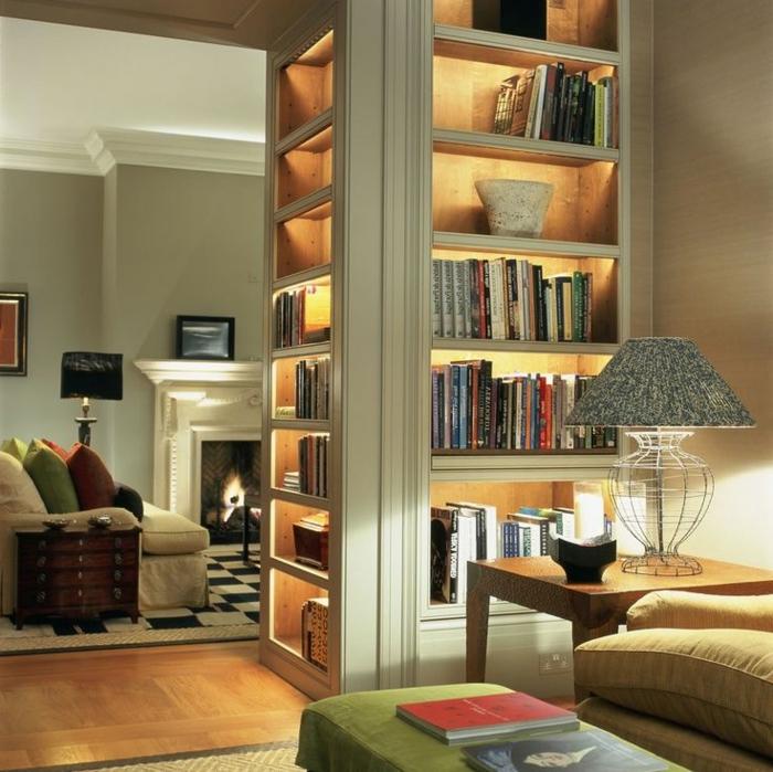salón con chimenea, estanterias de pared, librería con luces decorativas, amdera blanca, tapete como tablero de ajedrez, mesita con lámpara