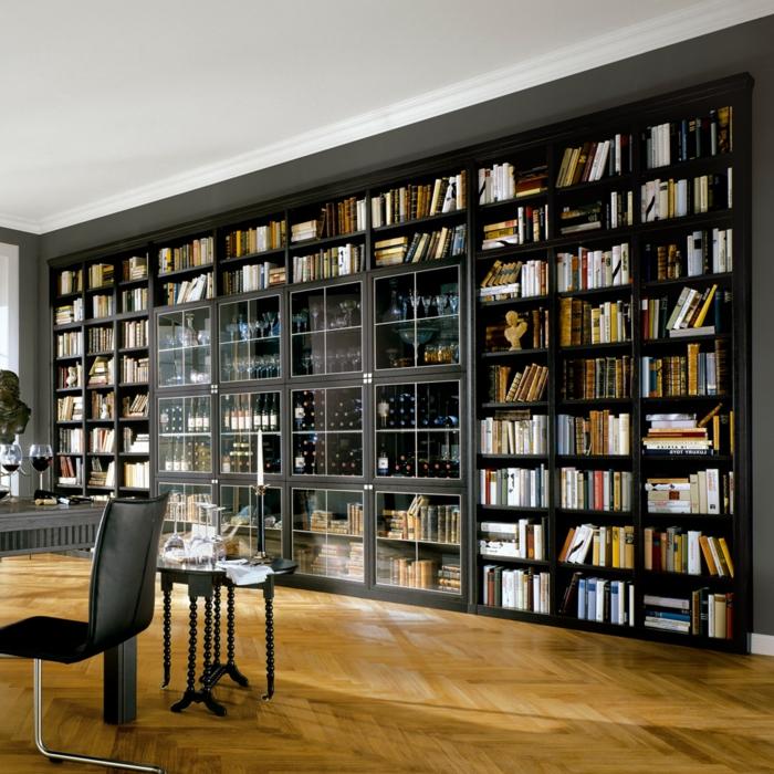 grande salón con parquet, baldas de madera, librería grande de madera negra con alacena con botellas de vino, decoración de lujo