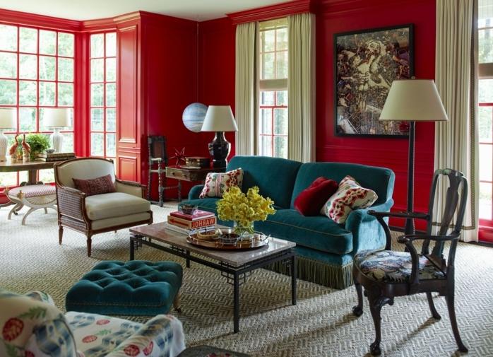 salon clásico, colores para pintar un salon, paredes en rojo, ventanas grandes con cortinas beige, sofá azul con cojines, cuadro