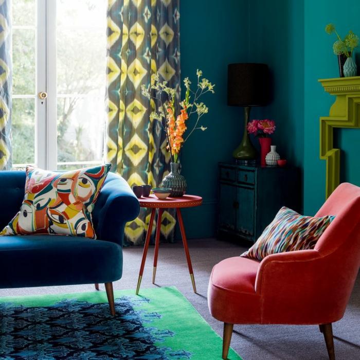 decoración de salón pequeño, pintura para parede, color turquesa oscuro, cortinas en gris y amarillo, mesa redonda roja, sofá y sillón