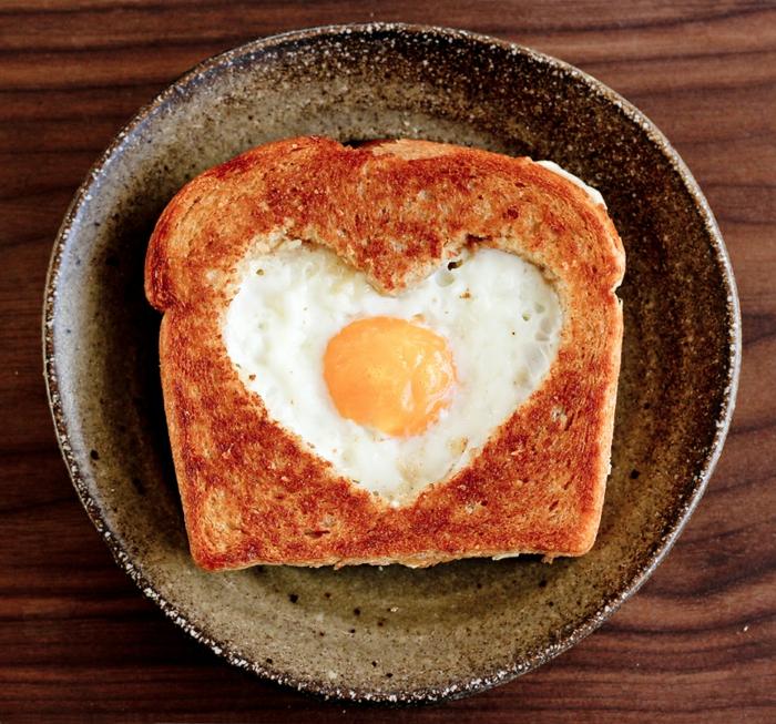 tostada con huevo en forma de corazón, desayuno romántico para San Valentín, regalos para hombres, pan y mantequilla