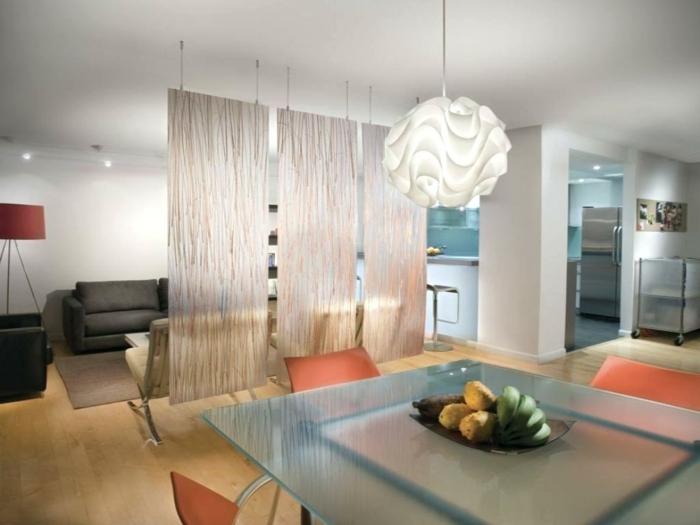 biombos separadores, tres separadores de vidrio colgantes con ornamentos, salón moderno separado del comedor, lámpara original blanca