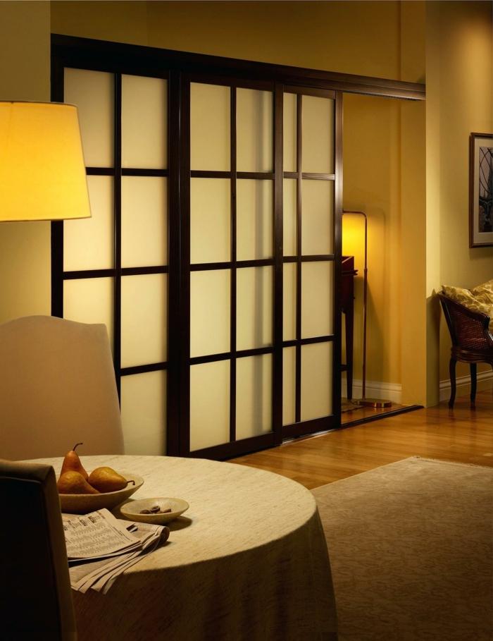 biombos separadores, comedor elegante separado del dormitorio con un separador de ambientes deslizante, paredes en color ocre