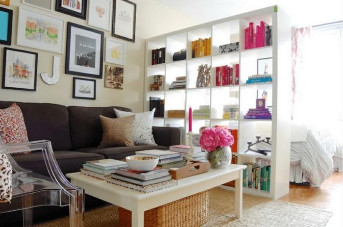 separar ambientes grande armario de madera pintado en blanco con muchos estantes, salón decorado de muchos cuadros decorativos