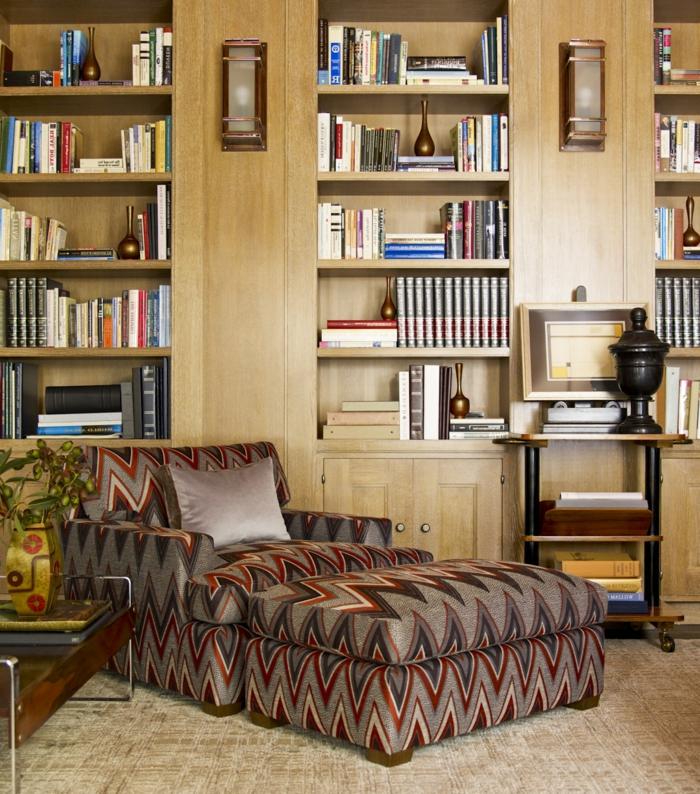 decoración vintage, lugar de lectura con sofá cama en gris y rojo, biblioteca grande con lámparas, suelo con moqueta